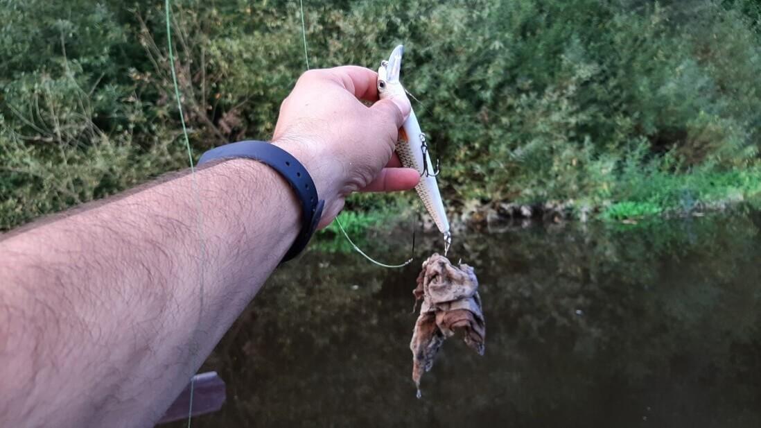 Vlahčený ubrousek vytažený z řeky při lovu ryb